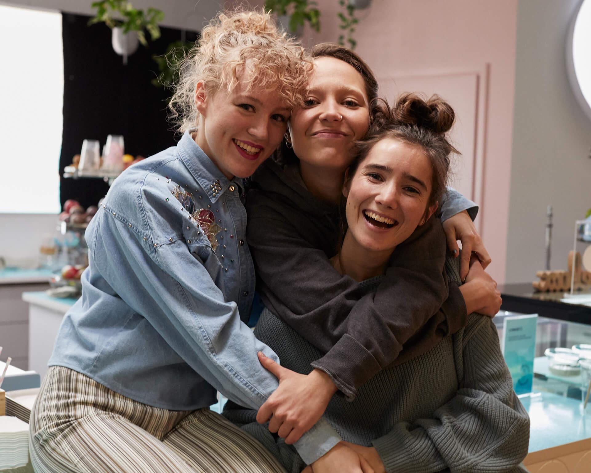 Ohjaaja Alli Haapasalon uusi elokuva nostaa teinityttöjen ajatukset ja tunteet keskiöön – pääosissa Aamu Milonoff, Linnea Leino ja Eleonoora Kauhanen
